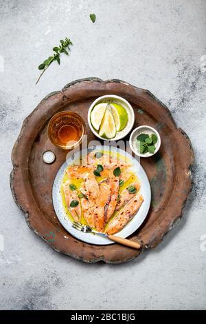 Plat italien d'Amérique latine Crudo de Salmon plat de poisson de saumon cru mariné au jus de citron et aux épices. Vue de dessus Banque D'Images