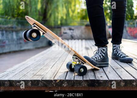 Jeune femme dans un parc de skateboard