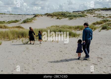 Famille avec deux petits enfants marchant dans les dunes, la Haye, Pays-Bas