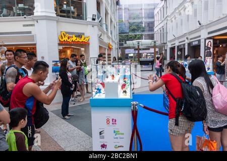 Des gens prenant des photos pour une exposition des Schtroumpfs, Bugis Junction, Singapour Banque D'Images