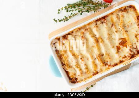 Pâtes de cannelloni avec remplissage de bœuf haché, tomates, cuites au bechamel Banque D'Images