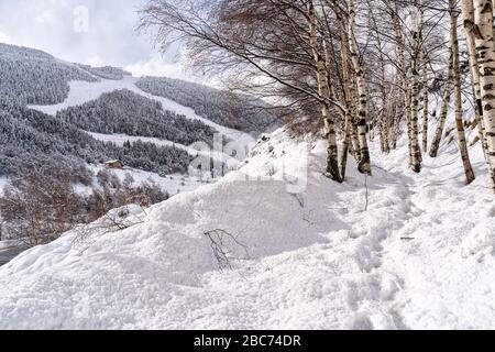 Vue aérienne sur les Pyrénées en Andorre , domaine skiable de Grandvalira à El Tarter un jour d''hiver .
