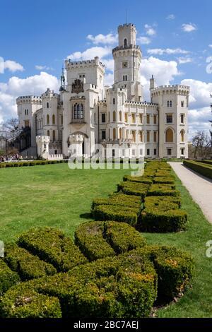 Extérieur du château historique Château Hluboka à Hluboka nad Vltavou, République tchèque, jour d'été ensoleillé