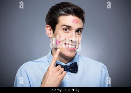 Homme avec des marques de rouge à lèvres Banque D'Images