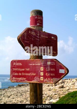 Signpost sur le Camí de Cavalls,Minorque,Iles Baléares,Espagne,Europe Banque D'Images