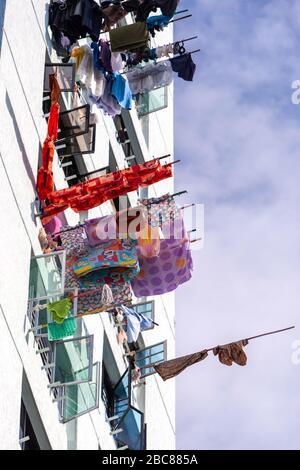 Les casiers de séchage de blanchisserie familiers dans le logement public de Singapour, Chinatown, Singapour Banque D'Images