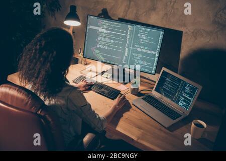 Haut au-dessus de haute vue de la photo focalisée afro american fille entreprise informatique seo administrateur assis table de travail soirée utilisation tardive ordinateur ont web