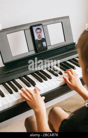 Enfants mains jouant piano.Cllase-up piano, clavier blanc et noir
