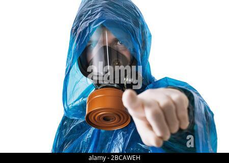 Un homme dans un masque à gaz et un costume de protection montre un doigt sur la caméra, isolé sur un fond blanc. Concept de protection contre les attaques de virus Banque D'Images