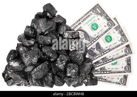Le tas de charbon et les billets d'un dollar sur fond blanc isolés gros plan, la roche de charbon noir, le paquet d'argent, le concept de prix des combustibles fossiles minéraux, l'anthracite Banque D'Images