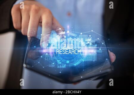 Jeune homme tenant un smartphone pliable avec droit d'inscription de la recherche, concept éducatif