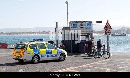 Sandbanks, Poole, Royaume-Uni. 4 avril 2020. La majorité des gens ont tenu compte des avertissements de rester loin des plages et des bancs de Sandbanks le long de la côte de Poole et de Bournemouth pendant la période de verrouillage pandémique de COVID-19 Coronavirus. Les responsables du conseil et la police de Dorset craignaient que le temps chaud et ensoleillé ne tente les gens de se rendre à la plage. Tous les parkings du bord de mer ont été fermés et les policiers ont patrouillé la zone pour conseiller et renforcer les directives pour l'exercice autorisé et la distanciation sociale. Crédit: Richard Crease/Alay Live News Banque D'Images