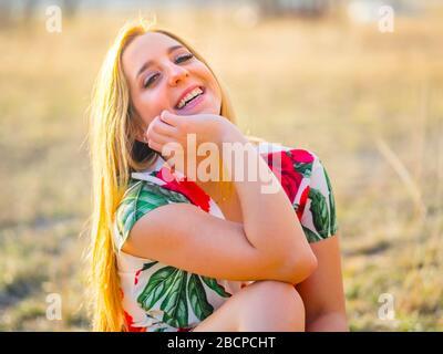 Adolescente personne aka jeune femme très heureux oeil yeux contact eyeshot regardant l'appareil-photo obtenir plaisir agréable appréciant Banque D'Images