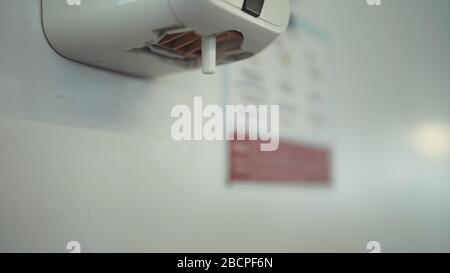 Fermez les mains de lavage avec un distributeur automatique de solution désinfectante à l'alcool à l'aéroport. Main de femme pour gel d'alcool sous aseptisant auto. Banque D'Images
