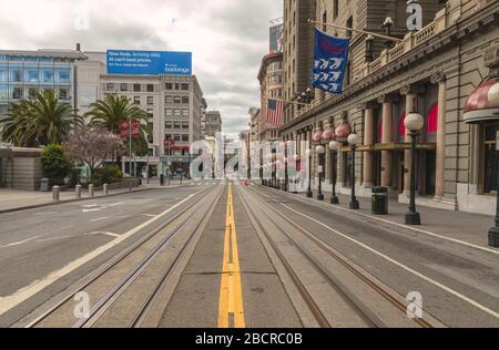 Powell Street by the Union Square est vide de touristes et de trafic pendant le verrouillage de la ville en raison de la pandémie COVID-19, San Francisco, Californie, États-Unis.