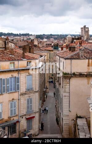 Nîmes, vue depuis le sommet de l'Arena, est un mélange d'architecture française et italienne qui peut être vu dans toute cette belle ville du sud de la France. Banque D'Images