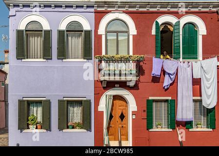 Laver les maisons colorées sur l'île italienne de l'île de Burano an dans la lagune vénitienne, Venise, Italie