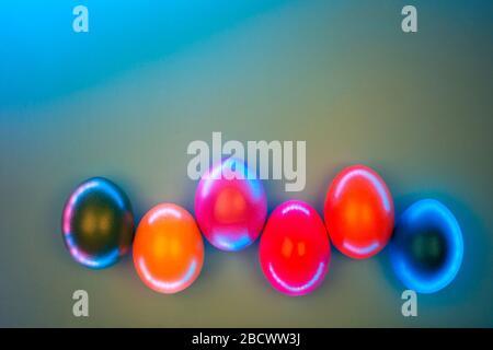 Creative photo d'oeufs colorés en néons sur fond gris. Concept de Pâques. Mise à plat de style.