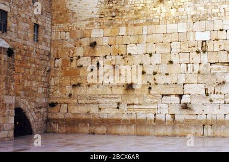 Le Western Wailing Wall Kotel vide dans la vieille ville de Jérusalem, Israël. Le mur est le lieu le plus sacré où les Juifs sont autorisés à prier, bien que les plus saints Banque D'Images