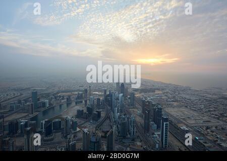 DUBAÏ, EMIRATS ARABES UNIS - 19 NOVEMBRE 2019 : vue de la ville de Dubaï en grand angle avec gratte-ciel au crépuscule vu de Burj Khalifa Banque D'Images