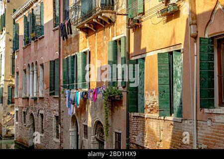 Lavage traîner à sécher d'un appartement le long de Rio de le do Torre un canal dans le quartier Dorsoduro de Venise, Italie