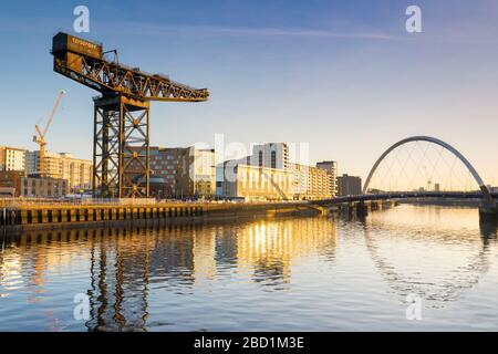 Finnieston Crane and Clyde Arc (Squinty Bridge), River Clyde, Glasgow, Écosse, Royaume-Uni, Europe