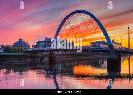 Clyde Arc (pont Squinty) au coucher du soleil, Glasgow, Écosse, Royaume-Uni, Europe