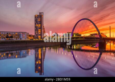 Clyde Arc (pont Squinty) au coucher du soleil, rivière Clyde, Glasgow, Écosse, Royaume-Uni, Europe