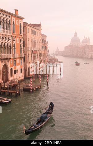 Magnifique Grand Canal, brouillard d'hiver, télécabine, Basilique Santa Maria della Salute, Venise, site classé au patrimoine mondial de l'UNESCO, Vénétie, Italie, Europe