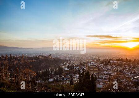 Grenade, Espagne - 17 janvier 2020 : le palais de l'Alhambra et L'Unesco ont classé la vue d'ensemble du quartier de l'Albaicin au coucher du soleil, vu du point de vue de San Miguel Alto. Banque D'Images