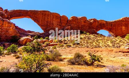 L'arche de fenêtre sud dans la section Windows dans le paysage désertique du parc national d'Arches, Utah, États-Unis