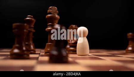 Les personnages en bois (homme d'affaires) qui se tiennent face au roi des échecs et qui sont dans le cercle des échecs. Les nouveaux acteurs commerciaux sont confrontés à des défis. La direction