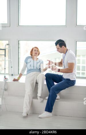 Un médecin qualifié intelligent lui donnant sa dose quotidienne de médicaments Banque D'Images