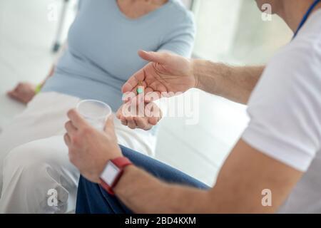 Vue de dessus d'une pilule dans les mains des médecins Banque D'Images