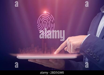 Homme d'affaires Holding tablette numérique avec Holographic City Scanning Fingerprint, court