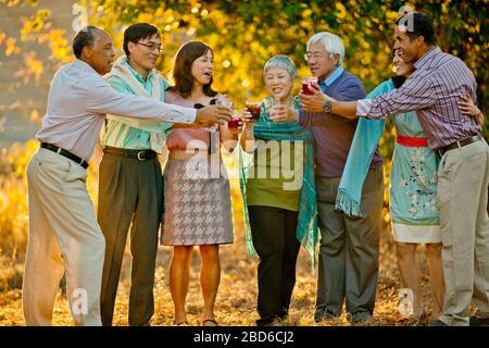 Smiling group of friends avec des boissons dans une arrière cour. Banque D'Images
