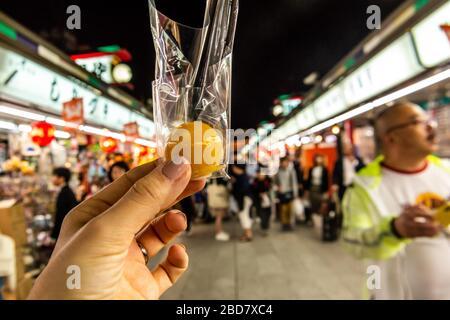 Tokyo, Japon: 24 octobre 2019: Rues, nourriture, en-cas et bonbons à Asakusa, près du temple Senso-ji Banque D'Images