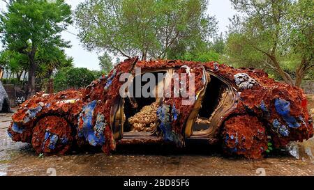Voiture recouverte de mousse - Junk Art, Espagne, Iles Baléares, Majorque Banque D'Images