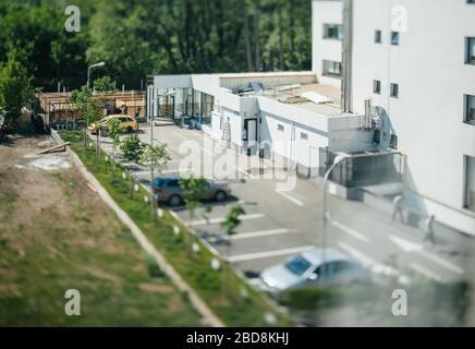 Bucarest, Roumanie - 30 avril 2012: Scène de jour caméra de zoom inclinable vue de mise au point aérienne au-dessus du parking arrière du bâtiment du restaurant Banque D'Images