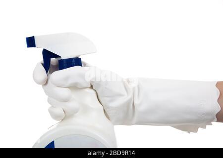 Une main gantée tenant un vaporisateur de produits chimiques de nettoyage et de désinfection sur fond blanc