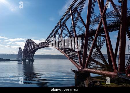 Forth Rail Bridge vue de l'abattement nord à North Queensferry à Fife, en Écosse, au Royaume-Uni Banque D'Images