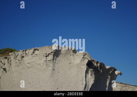 D'énormes roches grises sur la côte de la mer Méditerranée en Sardaigne, en Italie. Banque D'Images