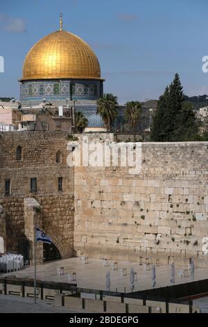 Le mur occidental ou Kotel est vu vide dans la vieille ville à l'est de Jérusalem pendant l'éclosion de la maladie du coronavirus (COVID-19) en Israël Banque D'Images