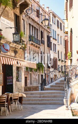 Venise, Italie - 1 juillet 2017 : vue sur les ruelles étroites de Venise, les maisons vénitiennes colorées, avec des rues presque vides, Corona infectieuses