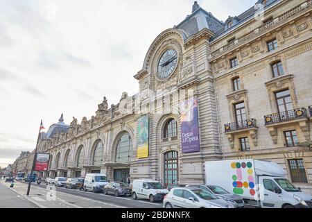 PARIS, FRANCE - 8 NOVEMBRE 2019 : Gare d'Orsay ou Musée d'Orsay avec circulation en journée nuageux à Paris Banque D'Images