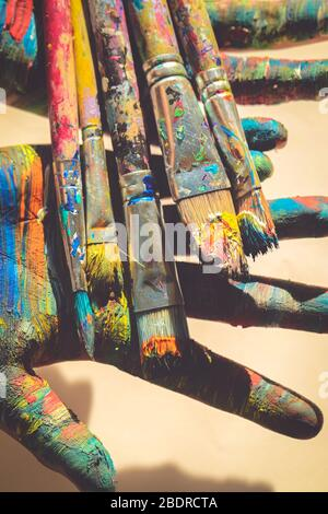 Les pinceaux sont peints à la main colorée Banque D'Images