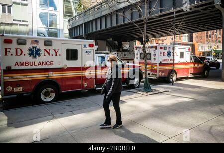Ambulances stationnées à l'extérieur de la station EMS numéro 7 sous le High Line Park dans le quartier Chelsea de New York le mercredi 1er avril 2020. La FEMA devrait envoyer 250 ambulances avec des équipages à New York pour aider à alléger le fardeau de l'EMT et des ambulanciers de la FDNY en raison du nombre sans précédent d'appels. (© Richard B. Levine)