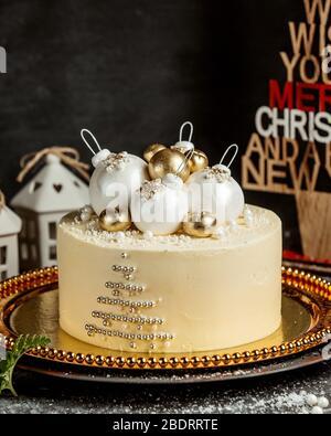 gâteau de noël à thème avec boules d'arbre de noël en blanc et or Banque D'Images