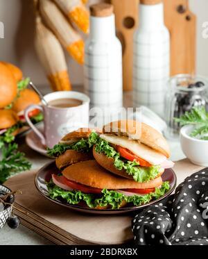 sandwich aux saucisses avec tomates et fromage de laitue