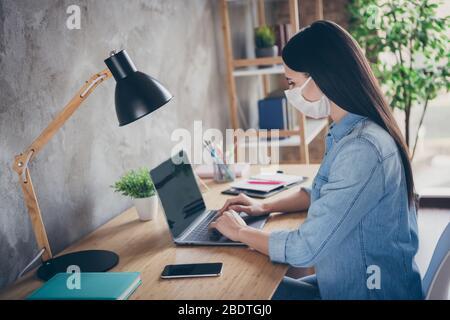Profil vue latérale portrait de elle belle focalisée attirante brunette fille professionnel copywriter designer financier utilisant ordinateur portable travaillant dans